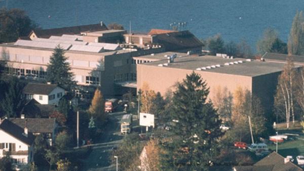 Achèvement de la rénovation et élargissement de l'usine au bord du lac dont le magasin étagère en hauteur et le hall de montage étaient achévés déjà en 1979.