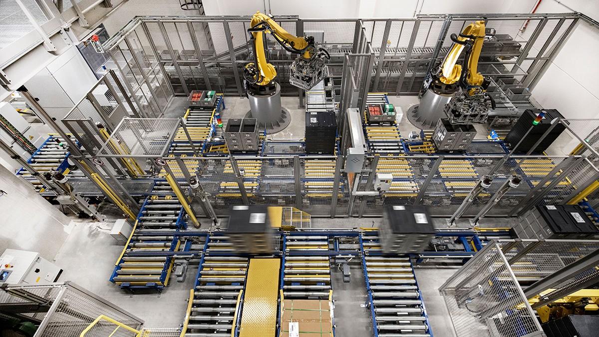 Roboter kleinerer Baugrößen übernehmen immer häufiger monotone Handling- und Montageaufgaben.