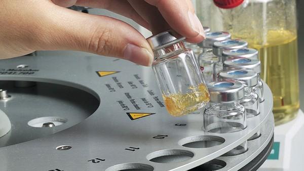 Im hauseigenen Schmierstofflabor testet Schaeffler die eingesetzten Fette.